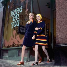Sara Crichton-Stuart and Twiggy, wearing navy blue dresses with bright yellow and orange accents by Daniel Hechter for Bagatel Vogue Oct 1966 photo Ronald Traeger. A Marvellous Collection of Photos of Dame Lesley Lawson aka Twiggy - Flashbak Twiggy, 60s And 70s Fashion, Mod Fashion, Vintage Fashion, Seventies Fashion, Classic Fashion, Gothic Fashion, Vintage Clothing, Fashion Models