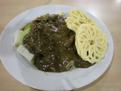 Rujak Cingur makanan yang satu ini terdiri dari lontong, tahu, tempe, sayuran, dan yang penting adalah cingur (mulut sapi) yang disiram dengan bumbu kacang+petis