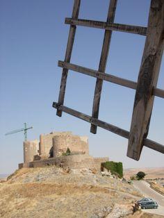 CONSUEGRA A los pies de un molino de viento y al fondo el Castillo de Consuegra.