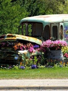 Old Bus Garden Art home art cool garden old decorate design bus gardening gardening ideas garden art creative gardens *this would make a great backdrop for pics!!