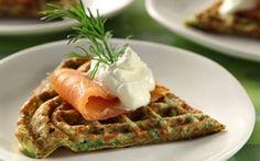 Spinatvafler med laks De grønne vafler passer også til en salat eller som et festlig mellemmåltid.