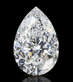Le Graff Vendôme Pour célébrer son retour parisien sous les ors du Ritz, fraîchement repensé, Graff baptise ce diamant taille poire de 105.07 carats du nom de son nouvel écrin, Graff Vendôme. Un destin d'exception pour ce trésor né d'un diamant brut de 314 carats, d'abord taillé au laser puis poli à la main pour donner corps à ce diamant et à 12 autres pierres satellites toutes flawless.