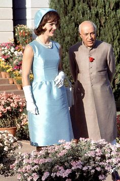 First Lady Jackie Kennedy in blue dress and hat walking with Indian Prime Minister Jawarhalal Nehru in the garden of his residence, March Jacqueline Kennedy Onassis, John Kennedy, Estilo Jackie Kennedy, Jackie O's, Les Kennedy, Jaqueline Kennedy, Jackie Kennedy Pink Suit, Caroline Kennedy, Us First Lady