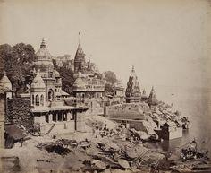 Nombre original es Varanasi, ya que se encuentra entre los ríos Varuna y Assi (hoy en día inexistente), pero por deformaciones en la pronunciación inglesa derivó en Benares.  La ciudad fue asaltada en varias ocasiones por invasores musulmanes. El emperador mongol Aurangzeb, dio la orden de destruir muchos de los templos antiguos. Esa es la razón por la que la mayoría de los palacios y santuarios que forman el telón de los ghats (o peldaños) vistos desde el río