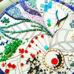 Pinner said: Art Tutorials - Excellent Instructions, Terminology, Projects, How To Mosaic: Art For Your Garden - Concise, Comprehensive - Everything You Need to Know to Create Your Own Killer Mosaics Tile Art, Mosaic Art, Mosaic Glass, Glass Art, Mosaics, Stained Glass, Mosaic Mirrors, Sea Glass, Mosaic Crafts