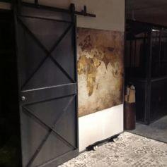 Entrée avec portes coulissantes métalliques