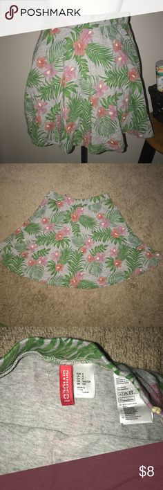 SALE🎉🎉🎉🛍🛍 H&M Divided Small Tropical skirt🌸 H&M Divided SIZE SMALL (S)  Used once GREAT CONDITIONS✅  BUNDLE YOUR LIKES FOR A DISCOUNT 🎉🛍🎉 H&M Skirts Mini