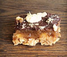 Nem opskrift på sund snickerskage helt uden tilsat olie, raffineret sukker, mælkeprodukter eller æg.
