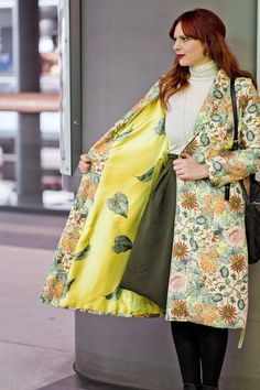 Make your own robe coat with this easy sewing DIY tutorial. No sewing pattern needed! Coat Pattern Sewing, Coat Patterns, Sewing Patterns, Diy Fashion No Sew, Fashion Sewing, Couture, Comfortable Fashion, Cut And Style, Mantel