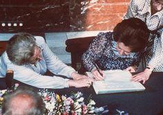 Juliana en Beatrix abdicatie ondertekening 1980