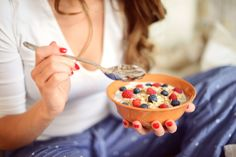 Close up of young woman eating a muesli with fruits. Low Carb Recipes, Whole Food Recipes, Calorie Intake, Weight Loss Meal Plan, Fruit And Veg, Morning Food, Snacks, Calories, Eat Breakfast