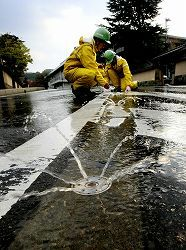 Water sprinkling from snow melting device is good for city heat measures in summer, Kanazawa, Japan 融雪装置で夏場の打ち水効果
