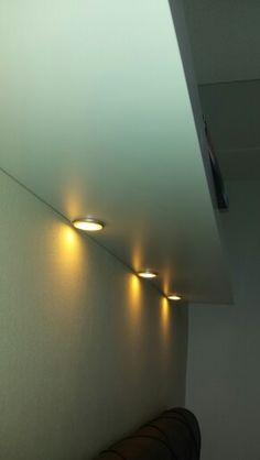 Lack plank van 190cm boven het bed. Dioder ledverlichting ( Ikea) er in gemaakt.