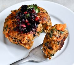 sweet potato quinoa cakes with blackberry salsa.**Repinning from my Healthy Bites Board. Need to get rid of my holiday food hangover.