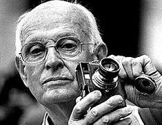 """Autorretarto de Henri Cartier Bresson (22 de agosto de 1908 – 3 de agosto de 2004) quien fue un célebre fotógrafo francés considerado por muchos el padre del fotorreportaje. Predicó siempre con la idea de atrapar el instante decisivo, versión traducida de sus """"imágenes a hurtadillas"""". Se trataba, pues, de poner la cabeza, el ojo y el corazón en el mismo momento en el que se desarrolla el clímax de una acción."""