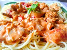 Tejszínes-paradicsomos spagetti csirkehússal - bien.hu - Életem gardróbja Spagetti, Vitamins, Protein, Chicken, Ethnic Recipes, Food, Drink, Diet, Beverage
