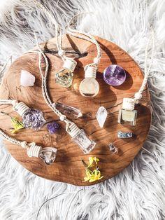 Aroma difuzéry slouží k zavěšení kdekoliv, kde chcete rozšířit účinky olejů. Každý difuzér voní jinak, má odlišný flakón. Jeho krásné přírodní vůně se přes dřevěné víčko uvolňují postupně.  V každém difuzéru je několik krystalů, které násobí účinky esenciáních olejů v něm. Yoga Day