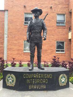 Escultura al Policía Carabinero en Dirección de Carabineros y Policía Rural. Policía Nacional de Colombia. Bogotá - Colombia
