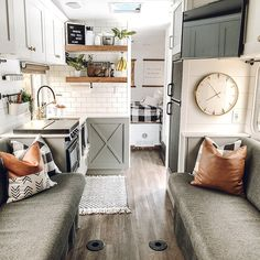 Vintage Farmhouse Decoration Ideas To Do Amazing Rv Interior Makeover Caravan Makeover, Caravan Renovation, Rv Makeover, Van Living, Tiny House Living, Living Room, Farmhouse Toys, Modern Farmhouse, Farmhouse Style