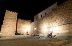 Aunque quedan pocos restos de la muralla romana, podemos observar cómo fue construida acercándonos a la puerta de Coria, la muralla el Arco del Cristo y la base de algunas torres albarranas.