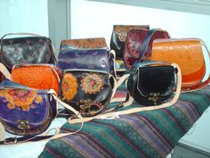 Carteras de cuero,cinceladas , con tecnicas de teñido artesanal.