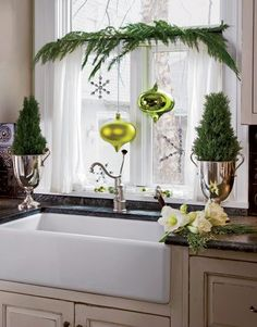 Don't leave the kitchen window out of the christmas decorating fun! Via Lorie Curie