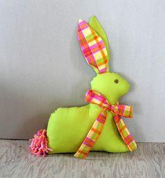 un coussin décoratif en forme de lapin de Pâques