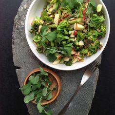 Broccolisalat med asparges, æble & sennepsvinagrette