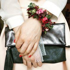 Ein wunderschönes Detail für die Hochzeit. Ein Blumen Armband in den Trendfarben Beere und Marsala für die Braut und Trauzeugin. (Blumen: @wildflowerstgt )