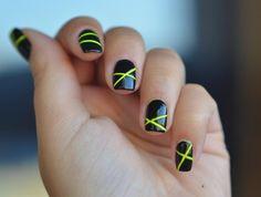 schwarzer Nagellack und neongelbe Streifen