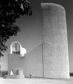 Le Corbusier -Chapelle Notre Dame du Haut - Ronchamp   photo: Ezra Stoller -1955
