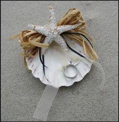 Matrimonio.it | #matrimonio a #tema #mare #cuscinetto #portafedi #fedi #conchiglia #decor #star #rings #sea #beach #wedding