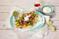 Fredagskveld er tacokveld her til lands, men hva med en ny vri på den meksikanske retten? Her serveres deilig grillet kjøtt i lefse med frisk smak av mangosalsa med rødkål. Mango, Tacos, Frisk, Mexican, Ethnic Recipes, Food, Cilantro, Manga, Meals
