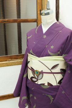 ほのかに日のなごりが残る宵の空のような紫の地に、アイビーグレーの月と星が浮かぶ注染レトロ浴衣です。 #kimono