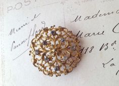 英国ヴィクトリア時代(1837年-1901年)に作られた、華やかなジュエリーのような大きなボタンです。素材はヴィクトリア時代でも高価だったゴールドギルディッド...|ハンドメイド、手作り、手仕事品の通販・販売・購入ならCreema。