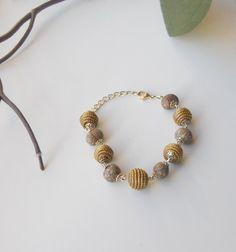 O brilho dourado e fascinante do capim na delicada e leve pulseira. Artesanato que além de elegante remete à riqueza da nossa cultura brasileira.   Confeccionada com semente da cor nude, super tendência.