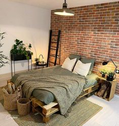Pallet beds are of great interest because they are useful, long-lasting and suitable for every style. Here are the beautiful pallet bed ideas. Pallet Bed Frames, Pallet Beds, Budget Home Decorating, Bohemian Bedroom Decor, Home Improvement Loans, Living Styles, Online Home Decor Stores, New Room, Interior Design