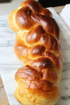 In de Joodse cultuur wordt opde vrijdagavond voor desjabbat en bepaalde feestdagen traditioneel challah gegeten: een zoet brood wat veel weg heeft van brioche en prachtig wordt gevlochten. Culy ging er onlangs mee aan de slag en maakte deze variant. En geloof ons: dat is écht niet moeilijk! Doe de 25 gram suiker bij het …
