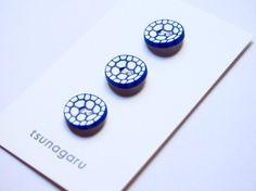・青×白・素材(樹脂粘土)・サイズ・・・1.5cm3個1セットの値段です。ボタンは全てハンドメイドです。そのため形・柄に多少の誤差があります。デリ...|ハンドメイド、手作り、手仕事品の通販・販売・購入ならCreema。