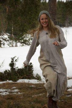 Vi kom hjem fra Russland med ganske mange meter håndvevd lin i bredden 40cm. Den har ligget i ska...