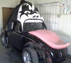coche tuneado con la cara de Kiss wtf
