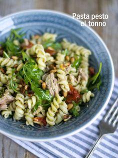Makkelijke pasta salade om mee te nemen!  Heerlijk met pesto, rucola en zongedroogde tomaatjes.