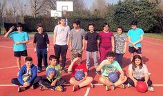 """Lezione di basket a Mirandola per i ragazzi coinvolti nel progetto """"Mi diverto così"""" (aprile 2015)"""