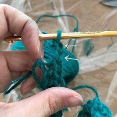 大変長らくお待たせしました。  長方形の編み方です。   まずはお好きな長さの作り目の鎖を編みます。   立ち上がりの鎖を小さく編みます。 細編みを1目編みます。   鎖を2目編みます。   最初の細編みを編んだ所に細編みを1目編みます。   そのまま次の目に細編みを編みます。 ...