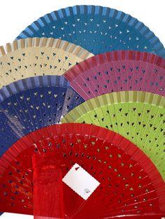 En la tienda online de www.regalos-de-bodas.es tenemos una amplia selección de abanicos para los recuerdos de las invitadas en eventos