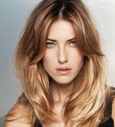 La façon dont les cheveux du modèle ont été coupés avec un dégradé progressif est très intéressante. La mèche traversant le front est assez longue pour