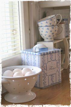 VillaHovin eloa Cosy Kitchen, Barn Kitchen, Blue White Kitchens, Kitchen Dresser, Country Blue, Home Comforts, Blue And White China, Amazing Spaces, Scandi Style