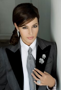Monica Bellucci is supposedly the best Italian import in Hollywood since Sophia Loren. She commands a huge amount of respect in the industry which the other models can dream of. Monica Bellucci, Most Beautiful Women, Beautiful People, Estilo Tomboy, Italian Actress, Makeup Trends, Hollywood Actresses, Business Women, Fashion Models