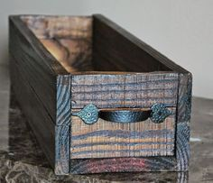 Wood Projects DIY Small Crate from Reclaimed Wood :: Hometalk - DIY Build Like a Girl - A while back I decided to entertain my carpenter skills and build me a trough centerpiece! I went to Home Depot and rummaged the scrap w… Reclaimed Wood Projects, Scrap Wood Projects, Pallet Projects, Diy Projects, Repurposed Wood, Easy Small Wood Projects, Lathe Projects, Woodworking Jigs, Woodworking Projects Plans