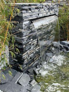 Construir cachoeira no próprio jardim - Wassergarten - Backyard Garden Design, Small Garden Design, Ponds Backyard, Garden Waterfall, Small Waterfall, Modern Landscaping, Backyard Landscaping, Diy Garden Fountains, Waterfall Features